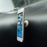 I selfie tyč s tlačítkem nebo magnetický držák do auta může být pěkným designovým doplňkem